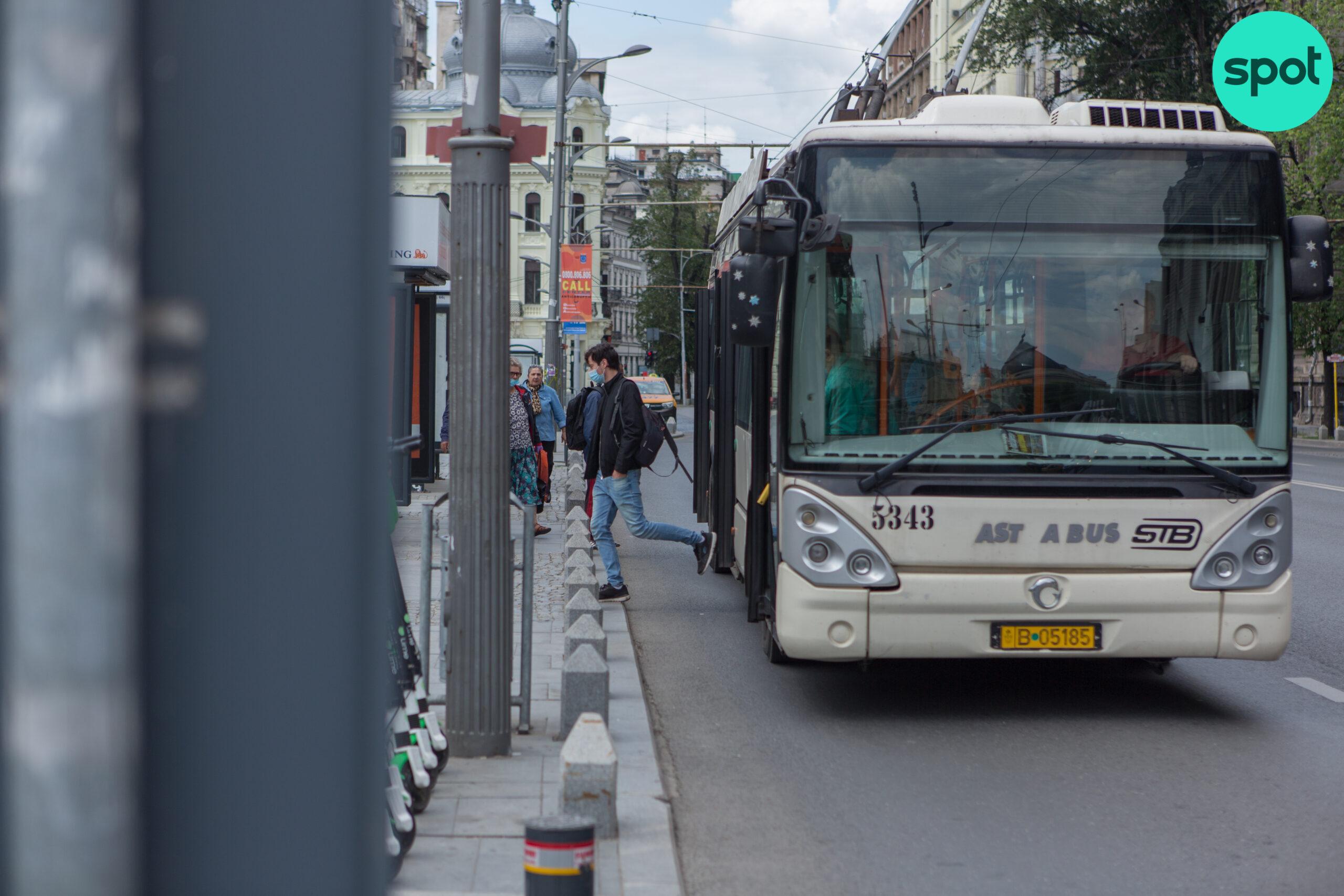 Autobuzele încep să circule pe liniile de tramvai, în Capitală. Bucureștenii nu au fost anunțați din timp de schimbarea stațiilor, dar șoferilor li s-a cerut să se imbrace frumos, ca vine doamna primar!