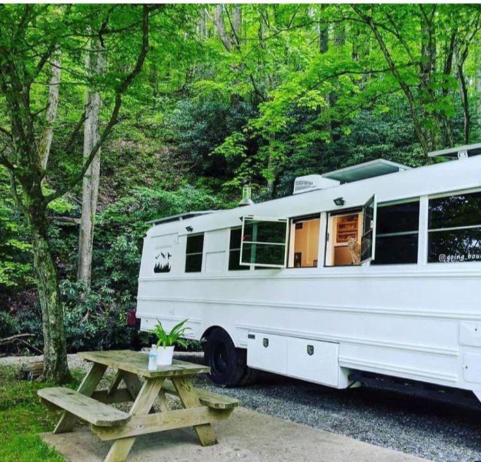 Au transformat un autobuz școlar din anii 90 într-o superbă casă pe roți (Galerie foto)