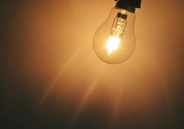 Curentul electric s-a ieftinit anul acesta în UE. România e o excepţie, preţurile au crescut. În schimb, avem cele mai ieftine gaze