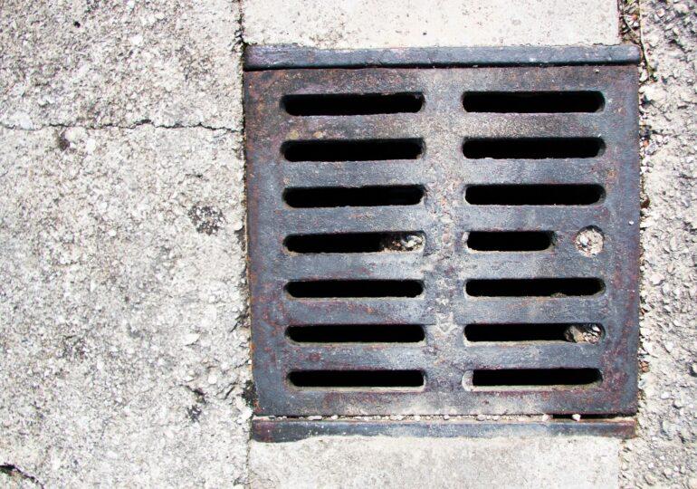 Avarie majoră în cartierul Vitan, la rețeaua de canalizare. Terenul s-a surpat din cauza ploilor
