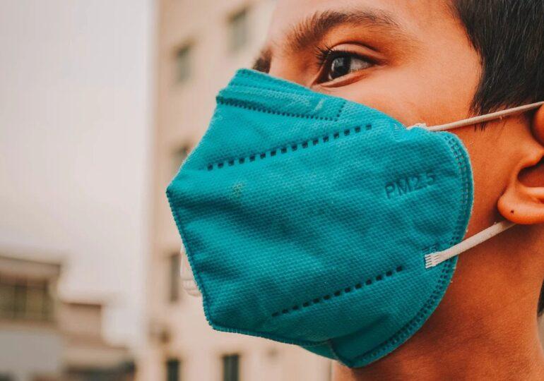 Masca devine obligatorie în aer liber, în Argeș. S-au impus și alte restricții inclusiv la horă