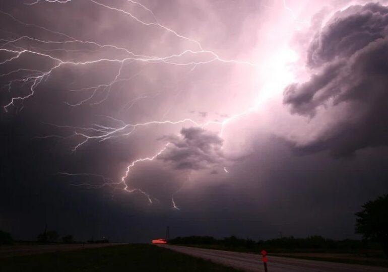 Ploi în toată țara până joi: Cod portocaliu si galben de furtună de la ANM