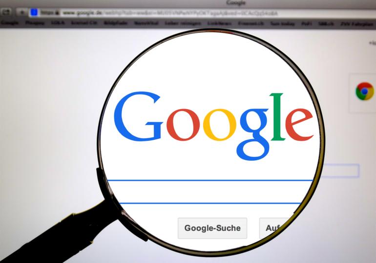 Vaccinare obligatorie pentru angajaţii Google şi Facebook care lucrează de la birou