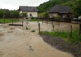 Zeci de oameni izolați de viituri au fost salvați cu elicopterul. Sute de case și drumuri inundate (Foto&Video)