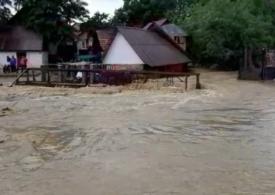 Furtunile continuă să facă ravagii: O femeie a murit luată de viitură, sute de gospodării inundate, trenuri blocate de puhoaie