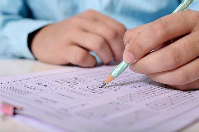Începe Evaluarea Națională. Peste 131.000 de elevi dau azi proba scrisă la română