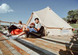 Povestea unui business care aduce luxul în inima naturii: cât costă și ce înseamnă vacanța la cort în condiții de cinci stele