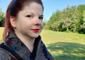 Artista din București care face bijuterii din lemn împreună cu fiul ei și strânge donații pentru a-i ajuta pe elevii unor școli din comunități defavorizate - Interviu
