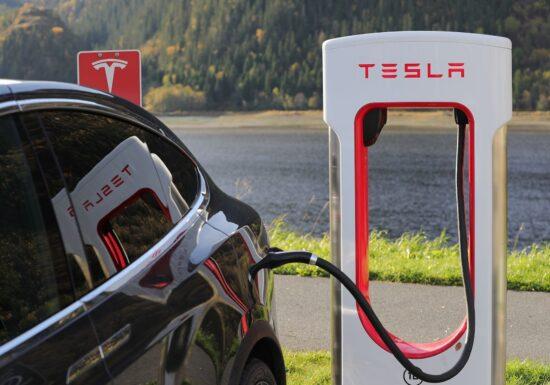 Rezultatele Tesla depăşesc estimările, datorită livrărilor record