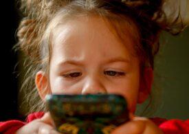 Se poate face școală doar pe telefon? Peste 50% dintre copiii români nu au tabletă sau computer