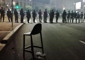 O nouă seară de proteste la Belgrad faţă de modul în care Guvernul gestionează criza provocată de pandemie. De această dată manifestația a fost mai liniștită