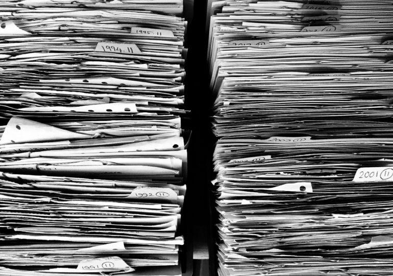 Guvernul Orban promite să dispară angajații care plimbă hârtii, dar la Ministerul Culturii se cer în continuare dosare cu șină!