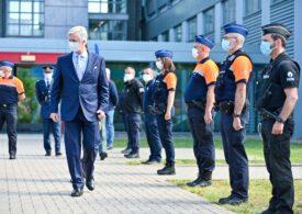 Polițiștii europeni poartă uniforme croite în România de muncitori plătiți ca în Bangladesh