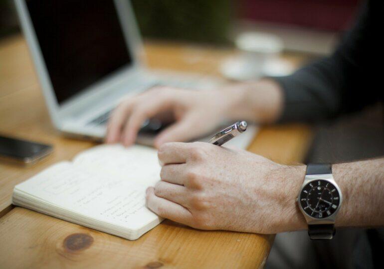 Românii vor putea încheia contracte de credit cu băncile acasă sau prin e-mail