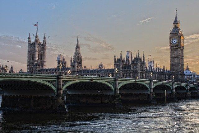 Începând de vineri, românii pot intra în Anglia doar cu test negativ de COVID şi tot vor fi izolaţi