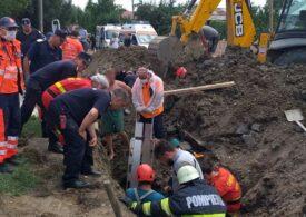 Trei muncitori de 26, 20 şi 16 ani, prinși sub un mal de pământ: Unul dintre ei a murit