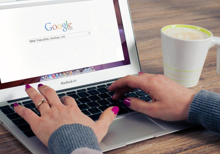 """Ce au căutat românii pe Google în izolare: """"hârtie igienică"""", """"pâine"""" sau """"cum să te tunzi"""". Netflix, mai folosit decât Zoom"""