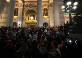 Sârbii au luat cu asalt clădirea Parlamentului, supărați că președintele a anunțat noi restricții de circulație din cauza Covid-19