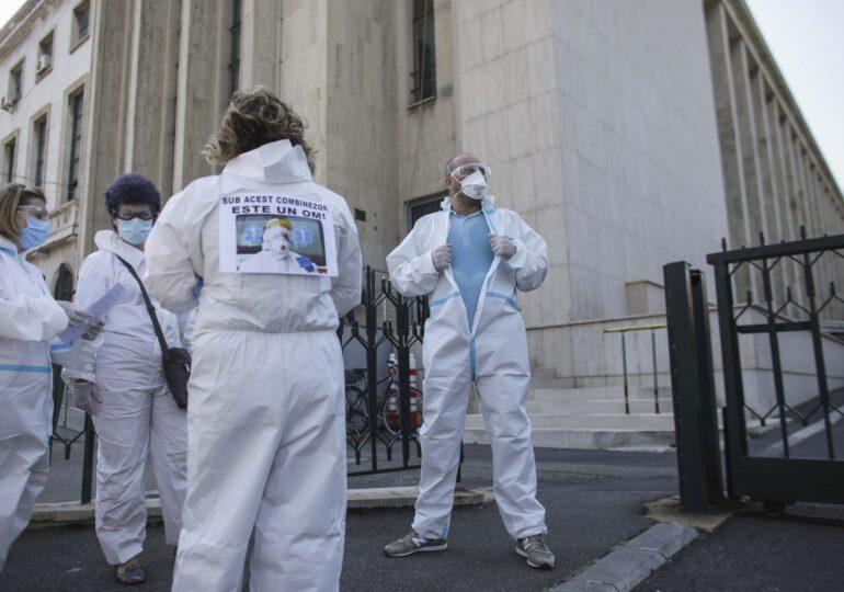 Zeci de cadre medicale protestează, în combinezoane, în fața Guvernului. Reacția Ministerului Sănătății: Risipă de echipamente UPDATE