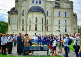Buzău: Mai mulţi copii şi adulţi au fost împărtăşiţi cu aceeaşi linguriţă în Catedrala Sfântul Sava. La ceremonie a asistat şi preşedintele Camerei Deputaţilor, Marcel Ciolacu