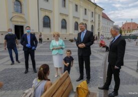 Klaus Iohannis se află la Sibiu, unde s-a plimbat prin Piaţa Mare şi a vizitat o expoziţie de fotografie în aer liber