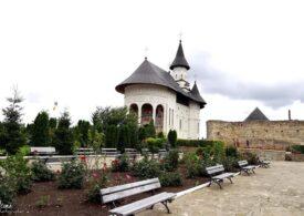 În plină pandemie, credincioșii au sărutat icoana la o mănăstire din Iași. Preot: Vreţi să opresc omul din liturghie să îi spun să îşi pună mască?