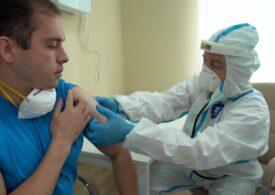 Bărbații sunt mai puțin rezistenți la coronavirus decât femeile și le-ar trebui un vaccin în plus