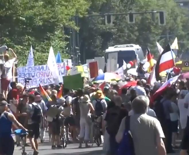 """Miting al """"covidioților"""" la Berlin: 20.000 de nemți s-au înghesuit să protesteze. Poliția i-a forțat să ia distanță"""