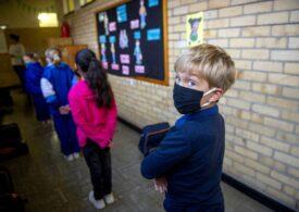 Recomandare OMS: Copiii  de 12 ani şi peste ar trebui să poarte masca în aceleaşi condiţii ca adulţii. Care e sfatul pentru cei care au sub această vârstă