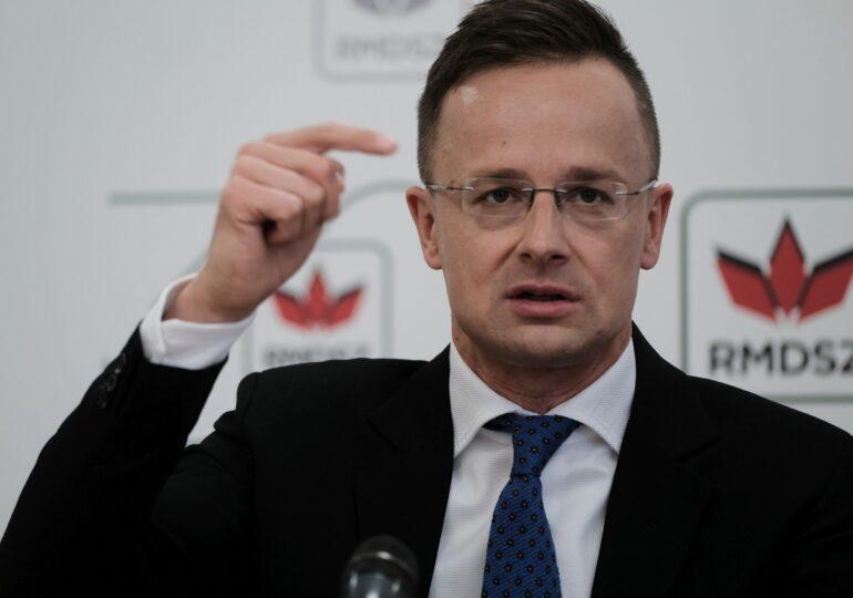 Ministrul maghiar de Externe posta fotografii de la birou, când, de fapt, era pe un iaht de lux, într-o vacanță cu iz de corupție