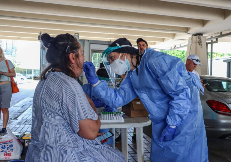Toți cei care vin în Grecia pe cale terestră şi maritimă au nevoie, din 17 august, de test COVID-19 negativ. Pentru români e valabil și la avion