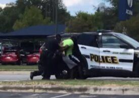 Nou caz controversat în SUA: Un bărbat de culoare a fost arestat pentru că ar fi agresat polițiștii care s-au năpustit pe el în timp ce făcea jogging, crezând că e infractor