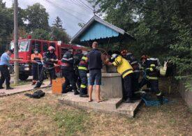 Un bărbat care a căzut într-o fântână adâncă de peste 20 de metri, în Botoșani, a fost salvat de pompieri (Foto)