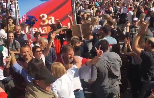 Zeci de mii de manifestanţi pe străzile din Minsk, a treia duminică la rând. Lukașenko, ironizat cu ocazia împlinirii a 66 de ani