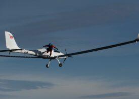 Premieră mondiala: A sărit cu parașuta dintr-un avion alimentat cu energie solară. În picaj avea 150 km/h