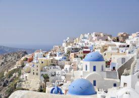 În Santorini, turiştii primesc gratuit măşti de protecție