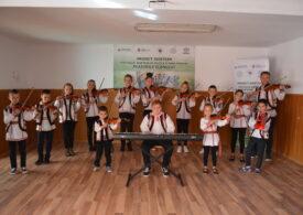 Patru tineri le oferă copiilor din Vaslui o șansă ca-n Finlanda: Învățarea prin artă chiar funcționează!