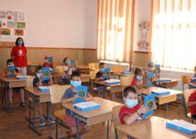 Sute de copii fără posibilități vor primi tablete conectate la internet și vor fi învățați să le folosească, printr-un efort privat