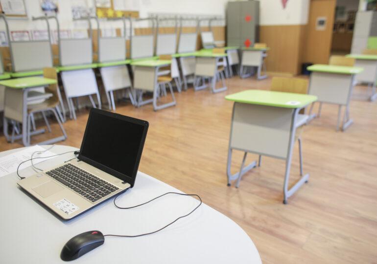65.000 de elevi riscă să rămână cu mediile neîncheiate, pentru că nu au avut cu ce să facă școală online