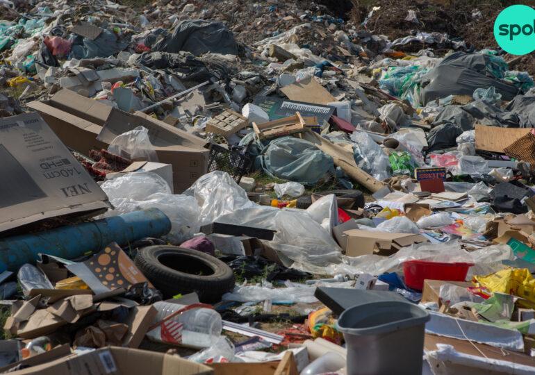 Cum au ajuns deșeurile depozitate ilegal să îngroape o parte din Sectorul 3. Autoritățile ridică din umeri, gunoiul se adună