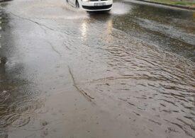 8.000 de gospodării din Prahova au rămas fără curent din cauza vremii. În București mai multe străzi sunt inundate