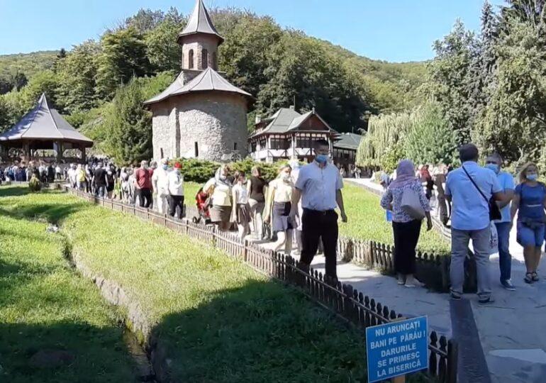 Pandemia nu i-a împiedicat: Mii de oameni s-au îmbulzit la pelerinajul de  la mormântul lui Arsenie Boca (Video) - spotmedia.ro