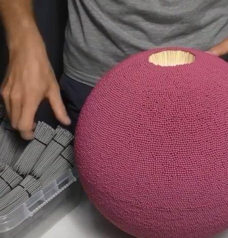 Viralul zilei: O minge din chibrituri ține Internetul pe jar
