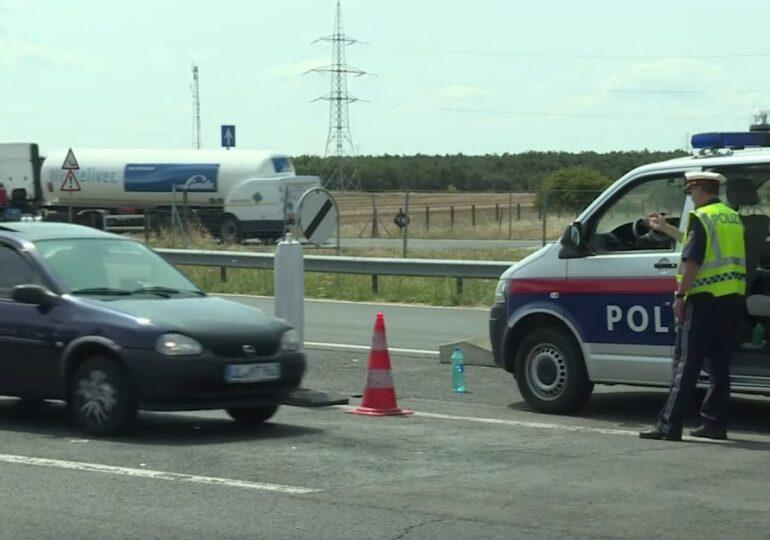 Austriecii au descoperit zeci de migranţi într-un camion frigorific care plecase din România