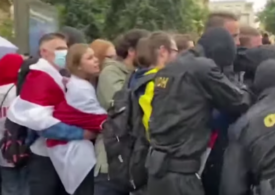 Poliția a luat pe sus zeci de studenți care protestau pașnic în Belarus. Au fost reținuți