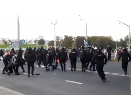 Protest masiv în Belarus, Lukașenko a depus jurământul pe furiș. Poliția folosește tunurile cu apă și face arestări (Video)