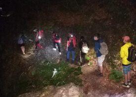 Șapte copii, coborâți noaptea de salvamontiști de pe munte. Unul este bolnav