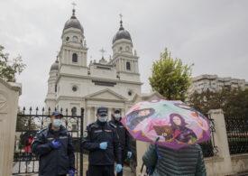 La moaște, doar cu buletinul. Racla Sfintei Parascheva nu a mai fost scoasă afară, cei care nu erau din Iași au fost trimiși acasă (Galerie foto)