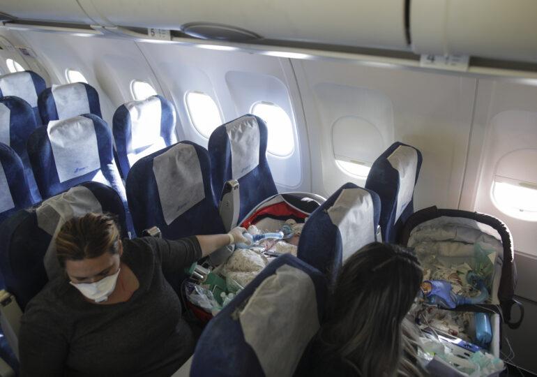 Încă trei bebeluși au fost duși la operații în străinătate de Asociația Blondie. Povestea zborului 20 și nevoia de un avion roz (Galerie foto)