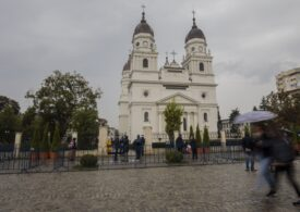 Protest în faţa Mitropoliei Moldovei şi Bucovinei. Oamenii acuză autorităţie că blochează manifestările dedicate Sfintei Parascheva (Video)